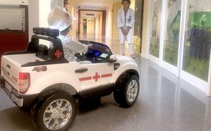 Cruz Roja dona un vehículo eléctrico lúdico para «humanizar» el servicio de Pediatría del Hospital de León
