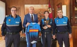 El alcalde de León recibe a Noelia Ferreras, la agente ganadora del Campeonato de España para Policías Locales