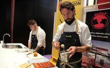 Javier G. Peña exhibe su destreza en los fogones de la Feria de los Productos de León
