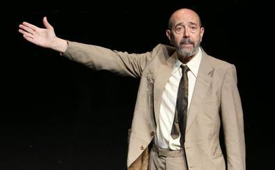 El actor Miguel Rellán estampa sus manos este jueves en el 'paseo de la fama' del Teatro Bergidum de Ponferrada