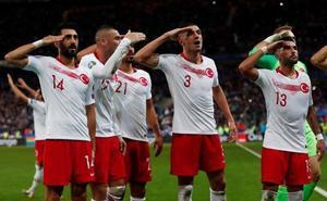 La UEFA abrirá expediente a futbolistas turcos por hacer el saludo militar