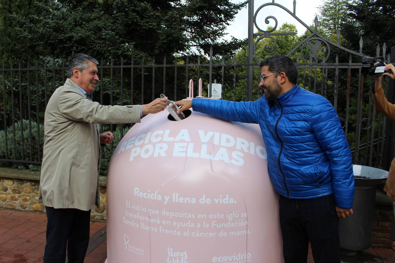 León suma cuatro contenedores rosas para conciencias sobre el cáncer de mama