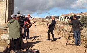 Ariel Rot se rodea de artistas en el rodaje de un programa en Botines y en el Palacio de Gaudí en Astorga