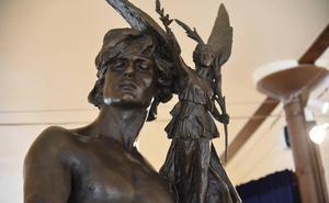 La escultura monumental 'Paris' del escultor Agustín Querol se instala en Casa Botines