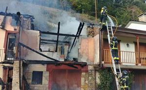 Los bomberos de Ponferrada sofocan un fuego que destruyó una vivienda en Herrerías de Valcarce