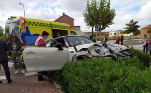 Un vehículo acaba empotrado contra los setos en la Cañada Real de Valladolid después de saltarse un Stop