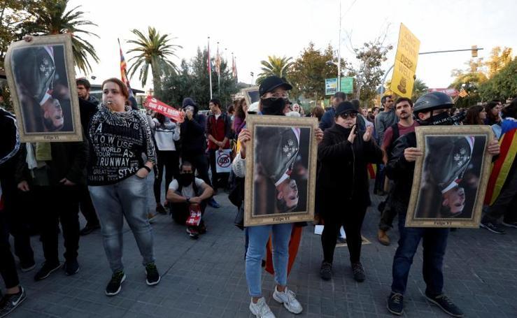 Manifestantes y partidos independentistas boicotean el acto del Rey en Barcelona