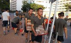 Inusual despliegue de soldados chinos para limpiar las calles de Hong Kong de escombros