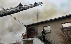 Una vivienda calcinada en Velilla de Valderaduey en un incendio que tardó más de tres horas en ser sofocado