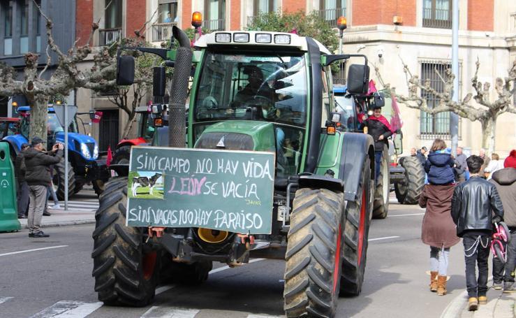 Los tractores toman las calles de León para reivindicar su futuro