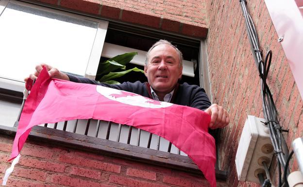 Eduardo López Sendino muestra la bandera este jueves./Peio