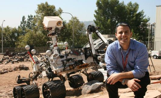 El español Fernando Abilleira con una copia del rover Curiosity, que aterrizó en Marte el 5 de agosto de 2012 y que determinó que el planeta rojo podría ser habitable.  /FA