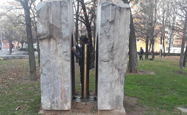 Varias personas limpian el monumento en el día del aniversario de la muerte de Buenaventura Durruti