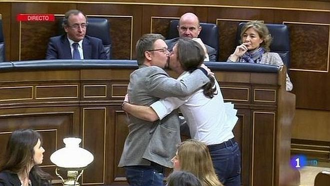 Iglesias y Domènech, un beso en los labios para la historia