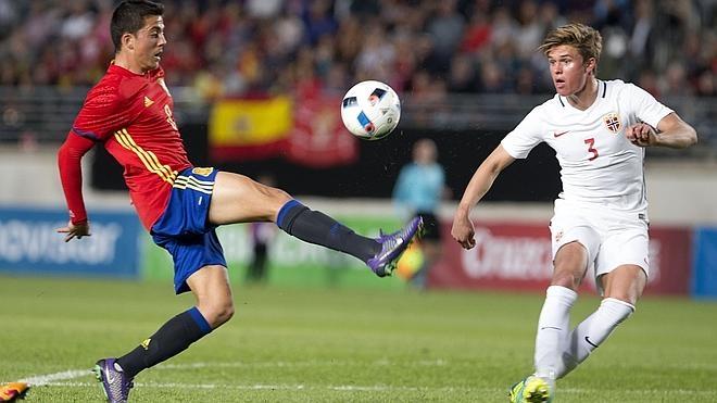 Deulofeu resuelve la victoria de una España que perdonó mucho