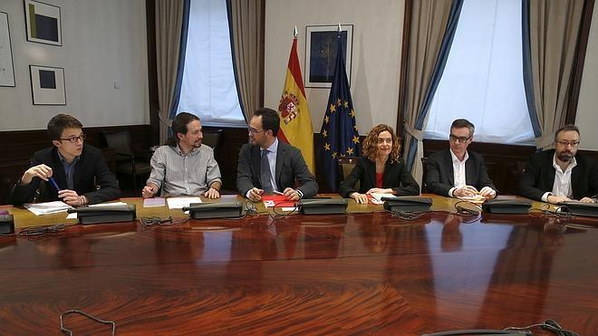 El PSOE sólo logra que Podemos y Ciudadanos no se levanten de la mesa