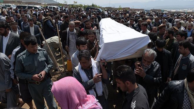 El Gobierno eleva a 64 muertos el balance del atentado del martes en Kabul
