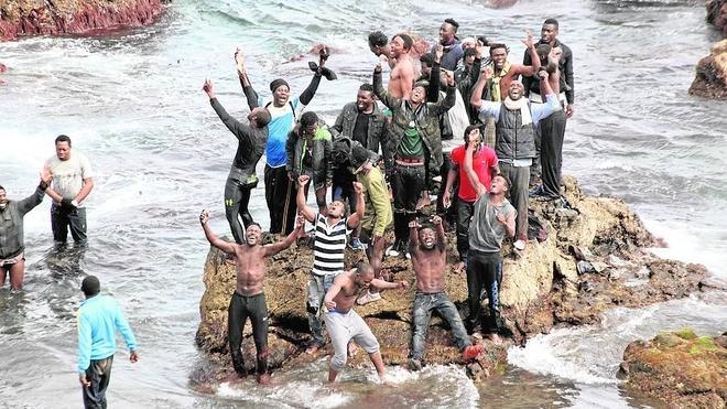 Un centenar de inmigrantes aprovecha la marea baja para entrar en Ceuta