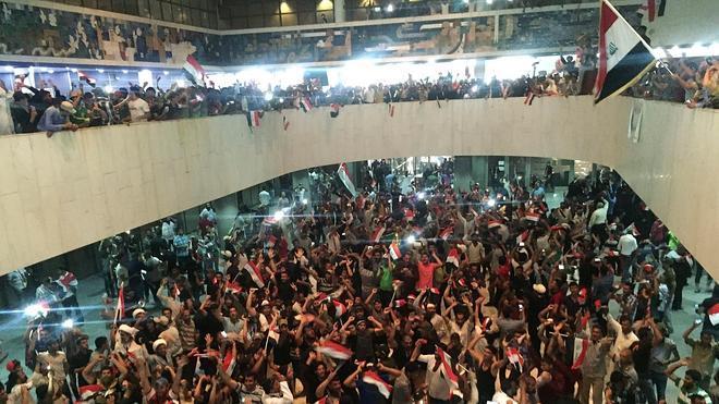 Miles de manifestantes entran en la Zona verde de Bagdad