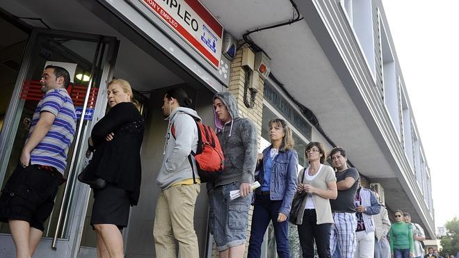 El paro baja en 83.599 personas en abril y se crean más de 150.000 empleos