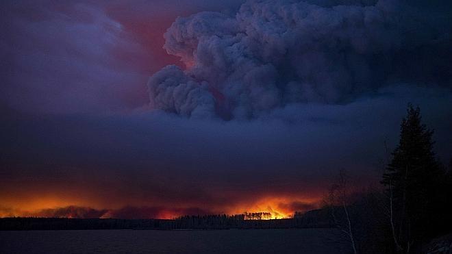 Canadá inicia la evacuación de 25.000 trabajadores de Alberta