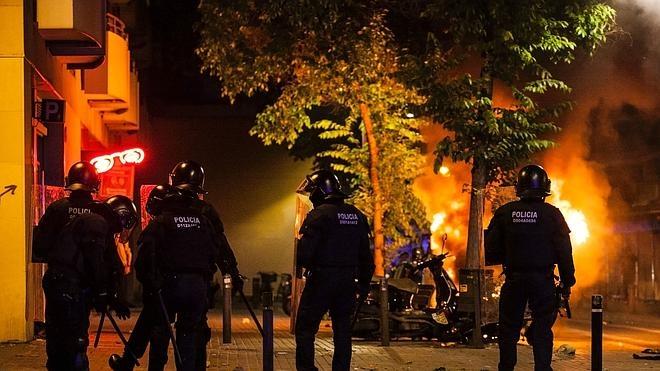 Los disturbios por el desalojo de una sucursal 'okupada' en Barcelona dejan 14 mossos heridos