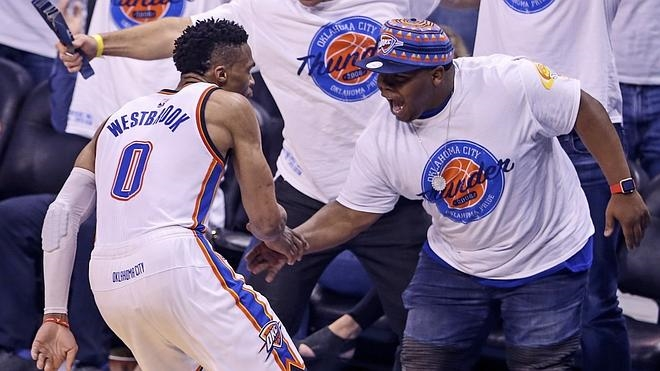 Westbrook y Durant colocan a los Warriors al borde de la eliminación