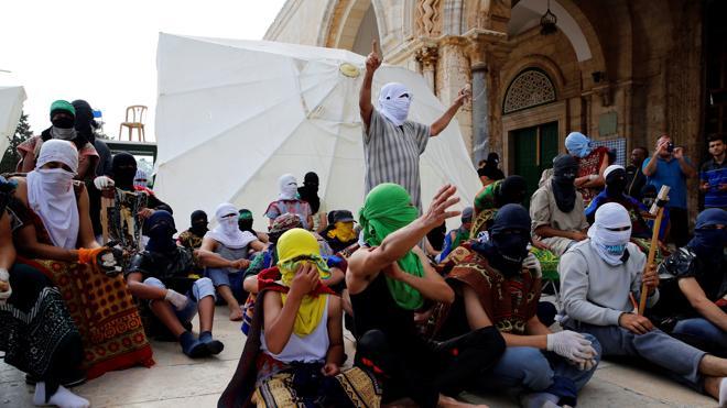 Decenas de palestinos se atrincheran en la mezquita de Al Aqsa