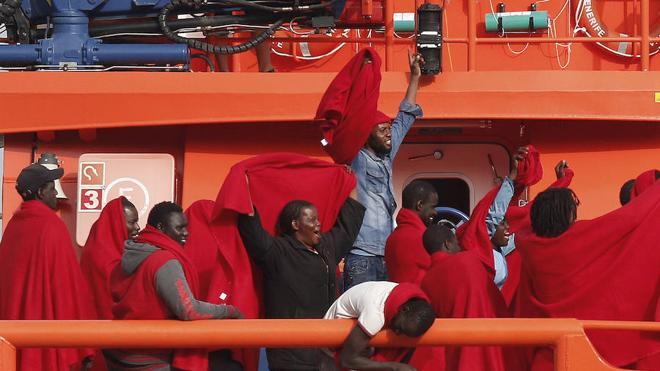 Llega al puerto de Málaga la patera localizada en Alborán con 52 ocupantes a bordo