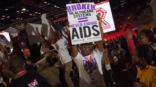 Los expertos recuerdan que cada mes, 100.000 personas mueren por el sida y otras 160.000 se contagian