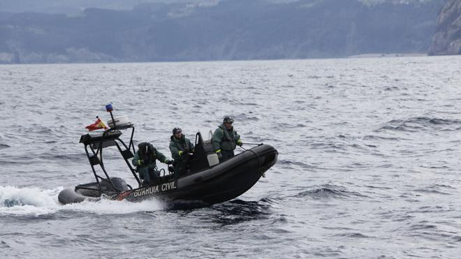 Rescatan a una joven búlgara tras pasar la noche en el Estrecho sobre una tabla de corcho