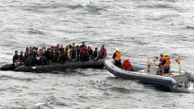 Hospitalizan a una embarazada localizada en una patera en el mar de Alborán