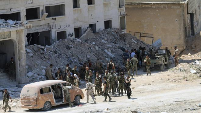 Decenas de familias salen de los barrios cercados de Alepo por pasillos humanitarios