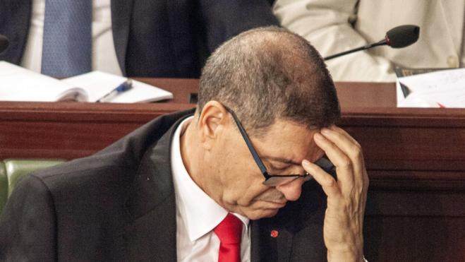 El Parlamento tunecino aprueba la moción de censura contra el primer ministro, Habib Essid
