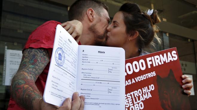 Los padres de Lobo recogen la inscripción de su hijo del Registro Civil
