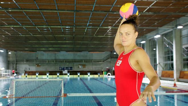 Jennifer Pareja abandona la piscina