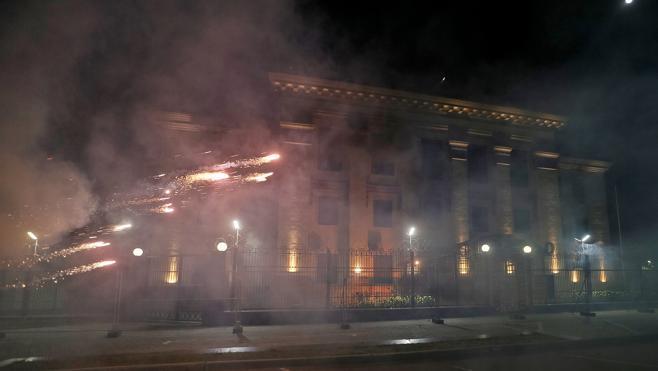 Atacan con fuegos artificiales la embajada rusa en Kiev