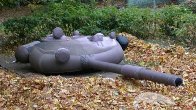 El Ejército ruso pretende engañar al enemigo con tanques, lanzaderas y aviones inflables