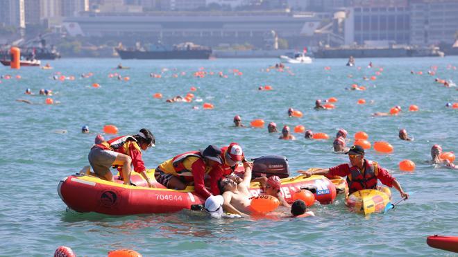 Muere ahogado un nadador durante la travesía del puerto de Hong Kong