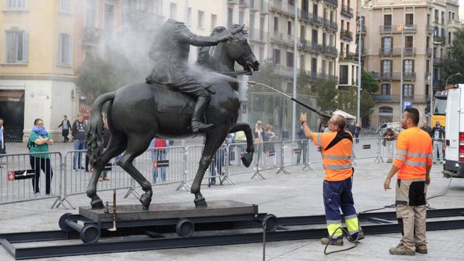 Franco vuelve a Barcelona recibido a huevazos