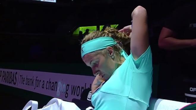 Kuznetsova se corta el pelo... ¡en pleno partido!