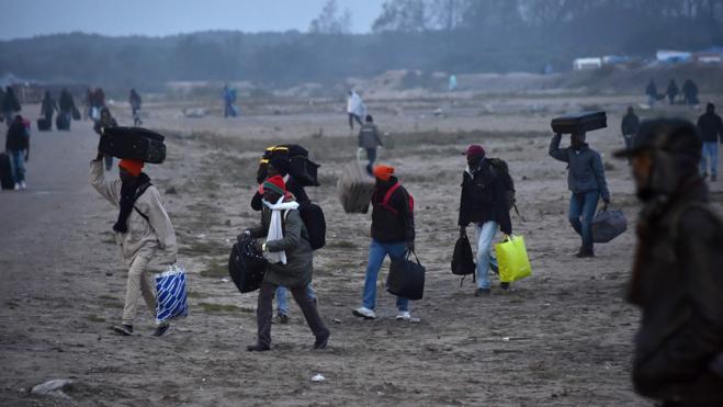 El primer día de desalojo en Calais concluye con más de 2.300 inmigrantes evacuados