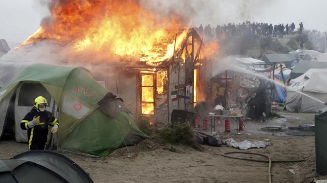 Múltiples incendios nocturnos en la 'jungla' de Calais