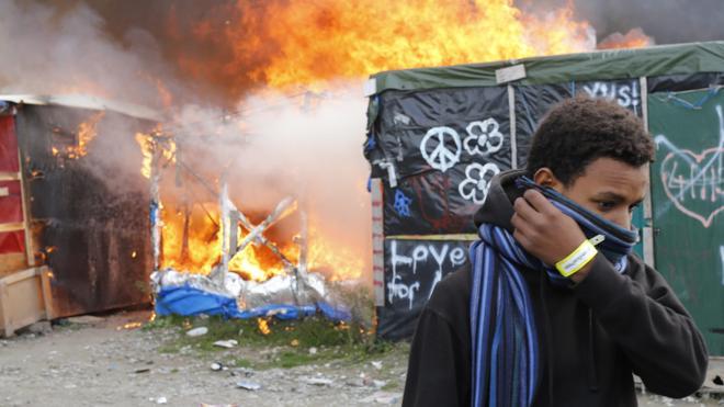 Francia da por evacuado el campamento de inmigrantes de Calais