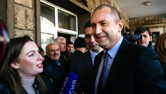 El independiente Rumen Radev gana las elecciones presidenciales de Bulgaria