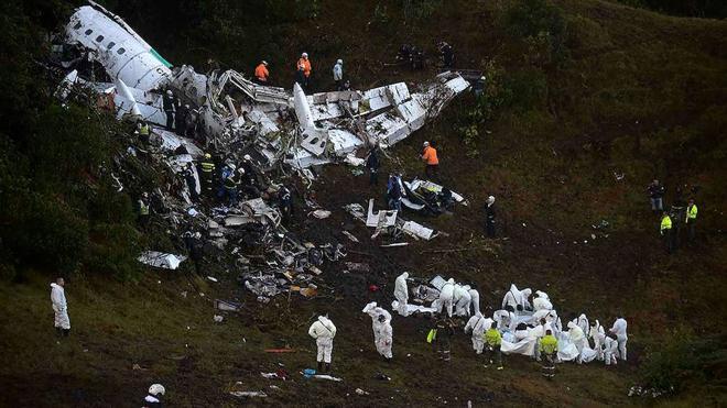 Rebajan a 71 la cifra de muertos por el accidente de avión y hallan las cajas negras