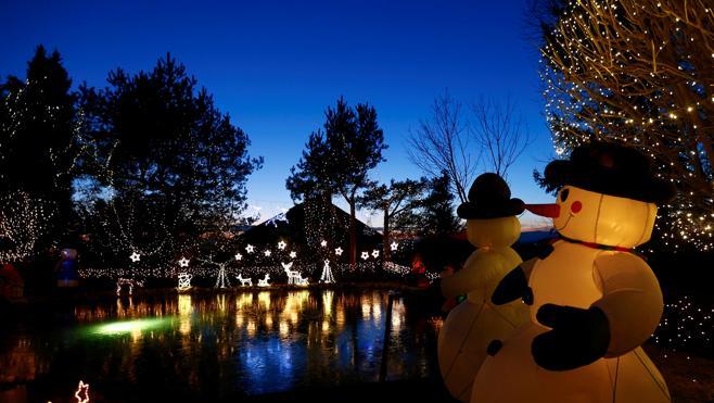 Medio millón de luces y unos 70 muñecos hinchables en la 'Disneylandia de la Navidad'