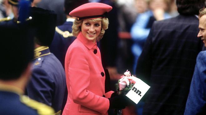 Subastan tres vestidos de Diana de Gales en Londres por 81.547 euros