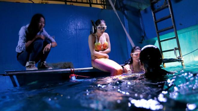 Un acuario chino imparte el primer curso de sirenas