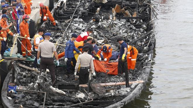 Al menos 23 muertos en el incendio de un barco turístico en Indonesia